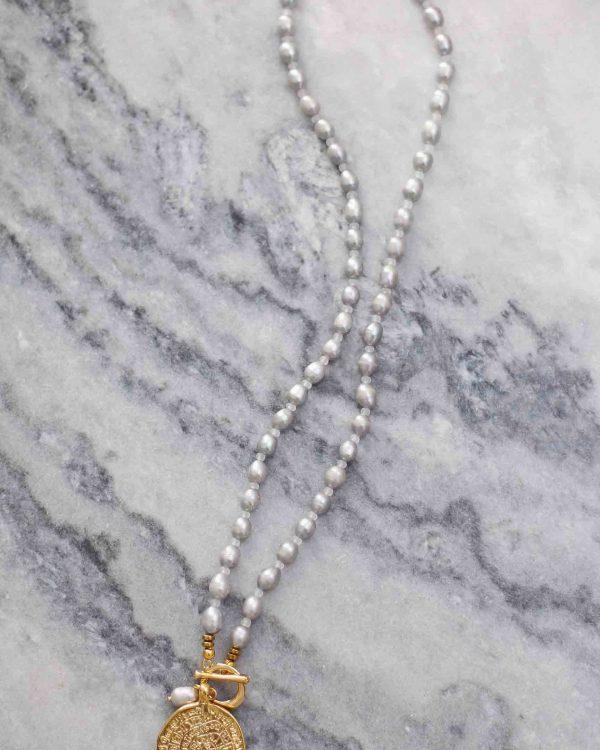 Ilgas pilkų atspalvių kaklo papuošalas iš upinių perlų
