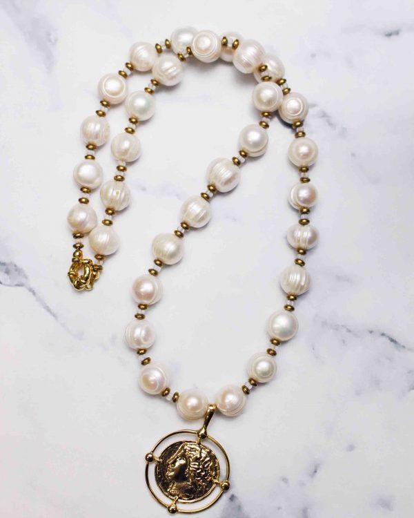 Masyvus baltų upinių perlų kaklo papuošalas