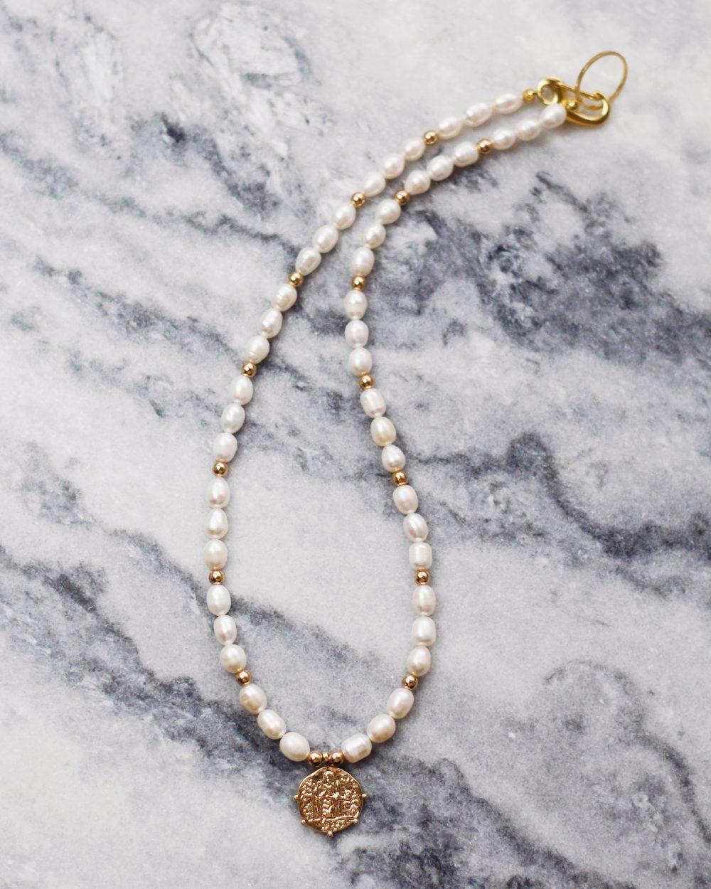Smulkių upinių perlų kaklo papuošalas su monetos pakabuku