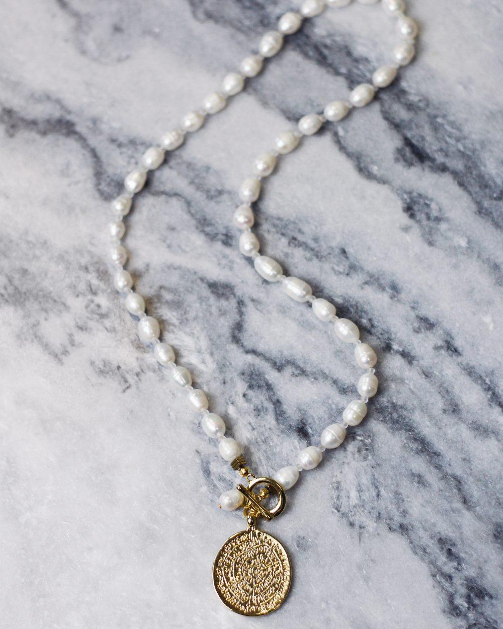 Ilgas baltų upinių perlų kaklo papuošalas