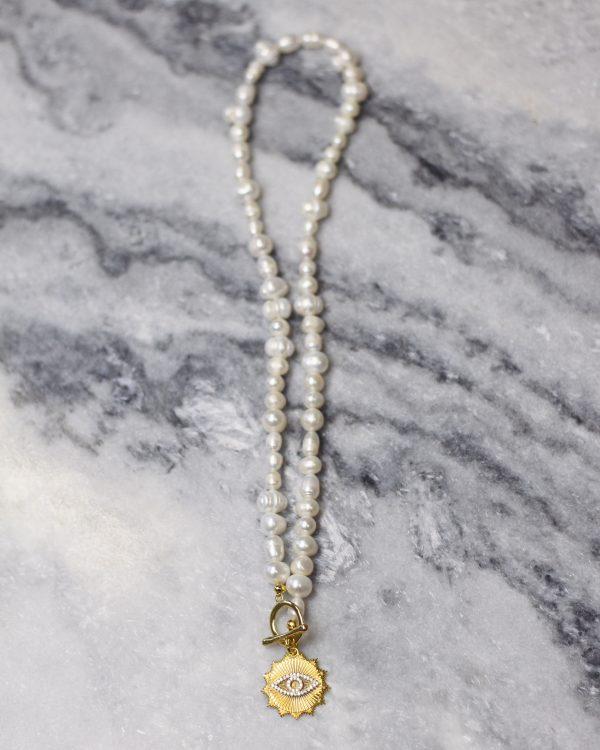 Masyvus baltų upinių perlų kaklo papuošalas su akies medalionu