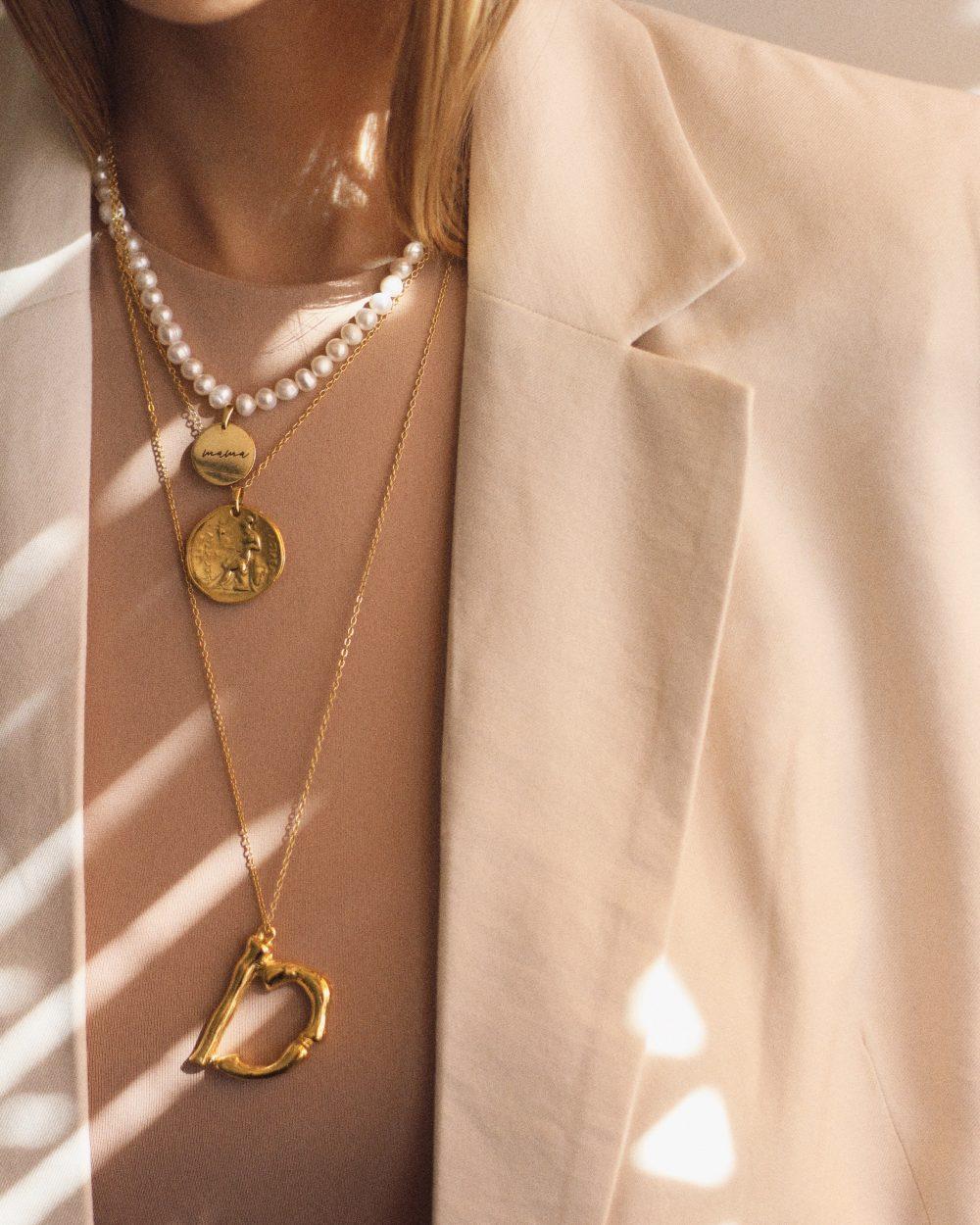 """Baltų upinių perlų kaklo papuošalas su medalionu """"Mama"""""""